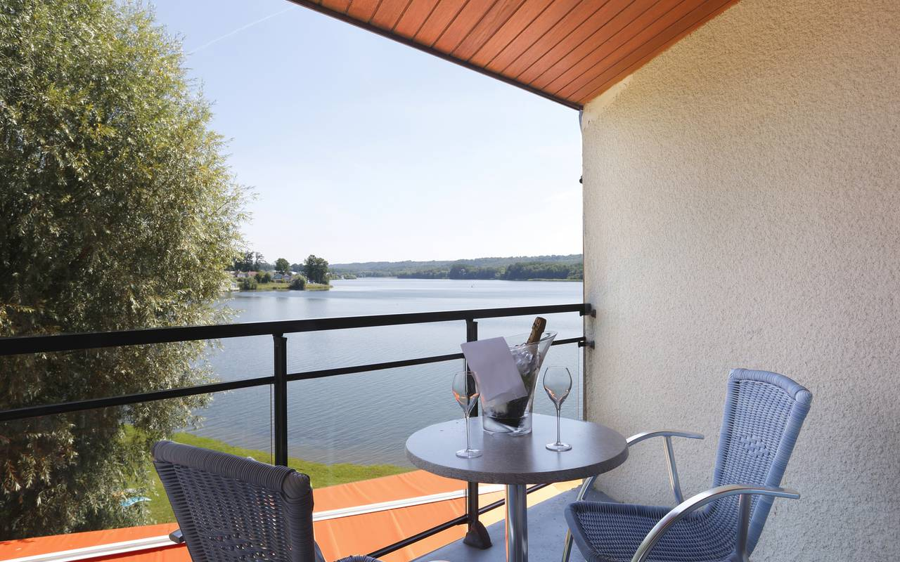 Room with terrace overlooking the lake, luxury hotel in Picardie
