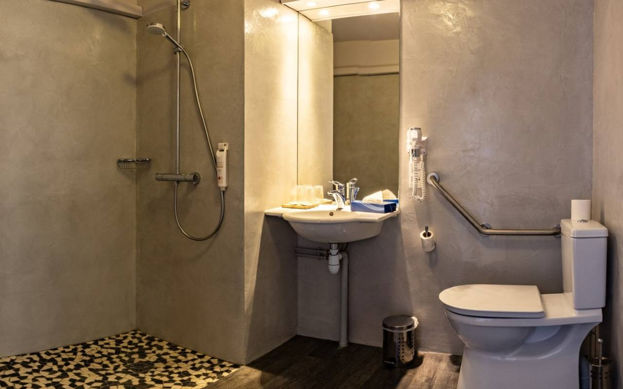 Stylish bathroom hotel du golf de l'ailette