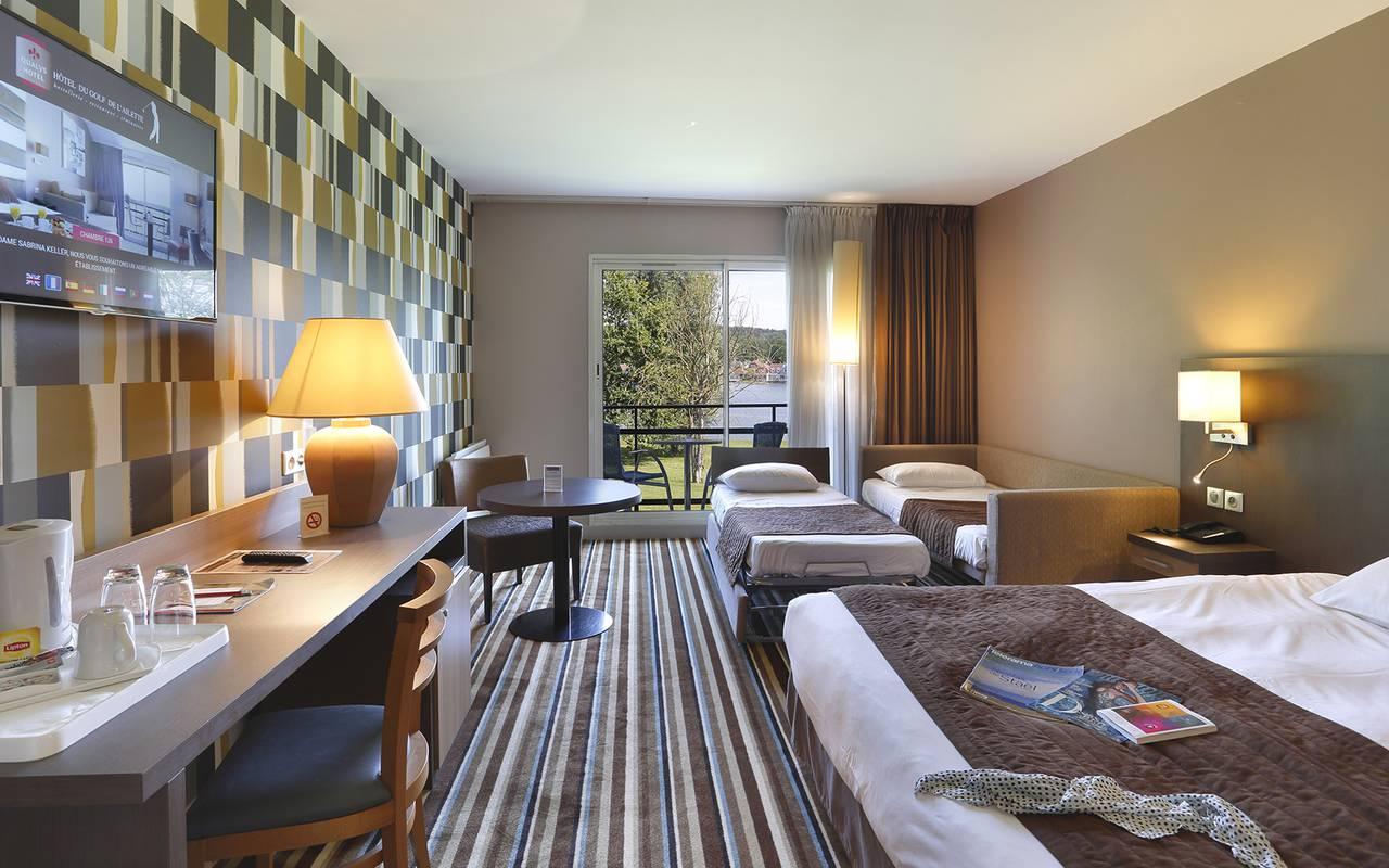Chambre famille, à l'hôtel avec piscine à Reims