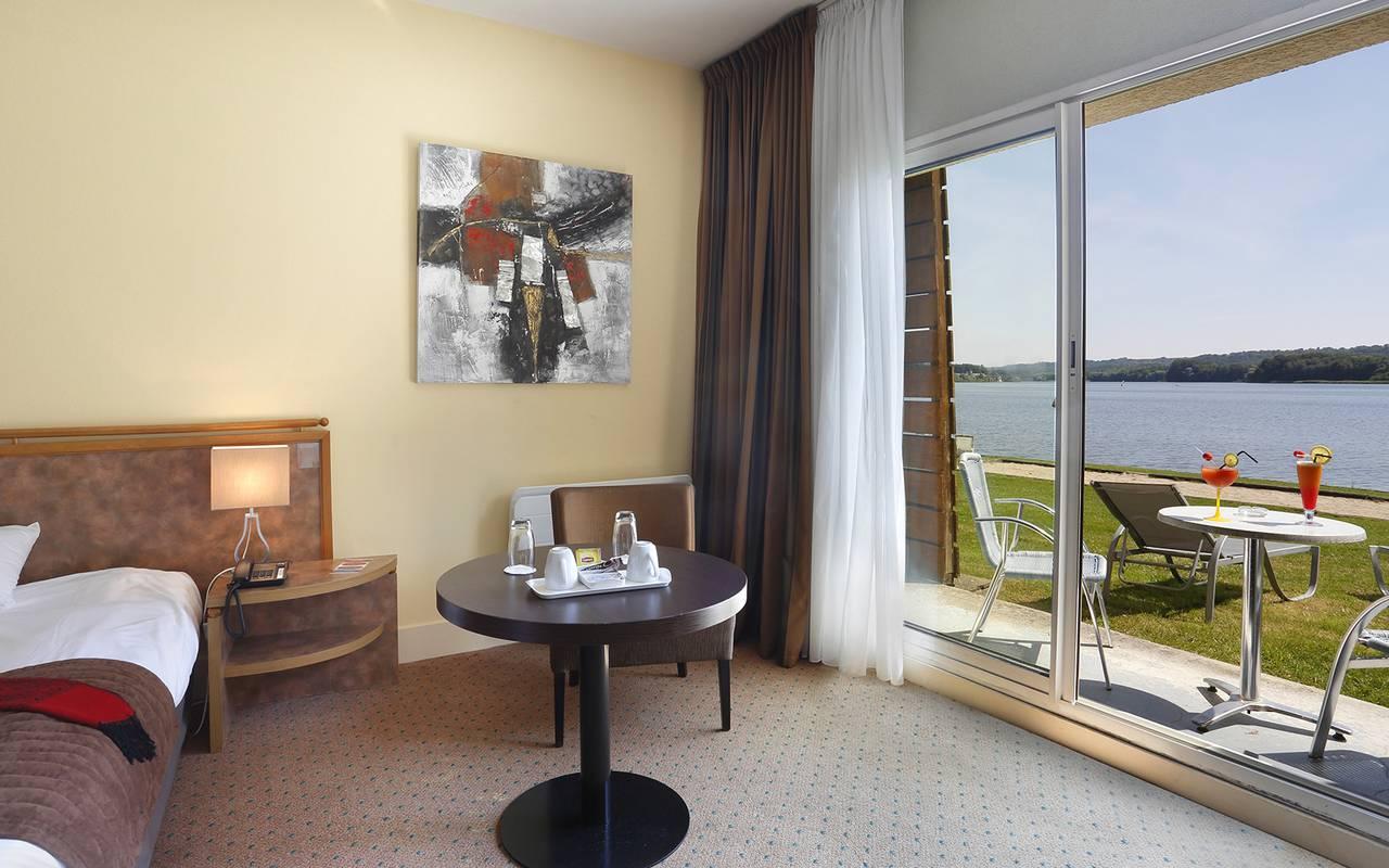 Chambre en rez de jardin avec terrasse privé, hôtel de charme vue lac en Picardie