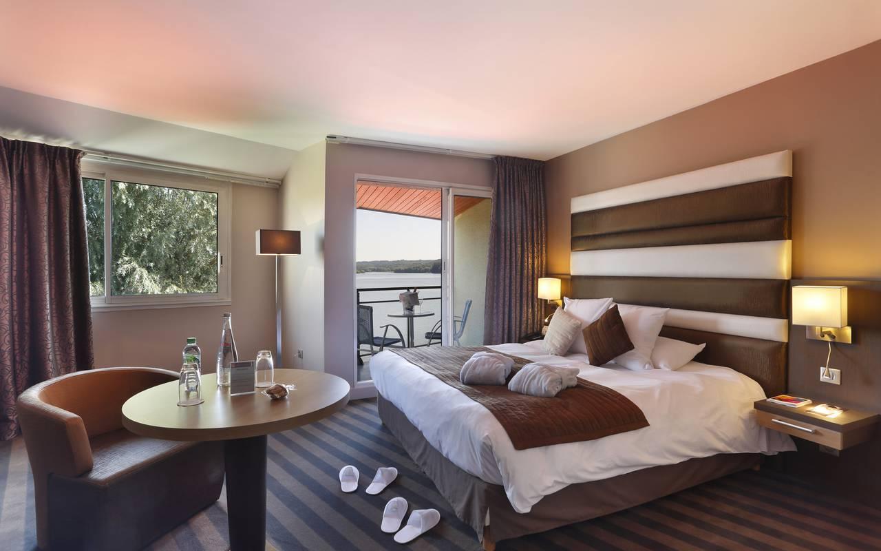 Chambre de l'hôtel avec piscine en Picardie