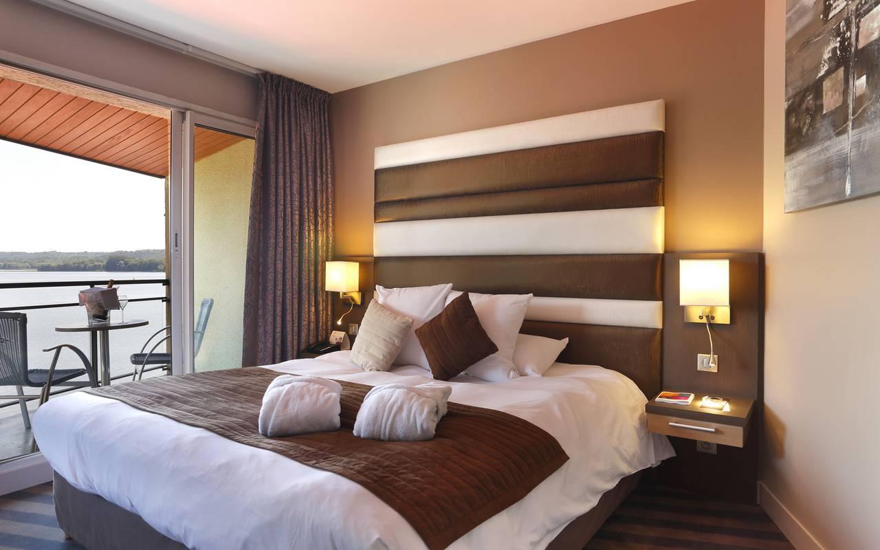 Chambre maronné de l'hôtel de luxe à Reims