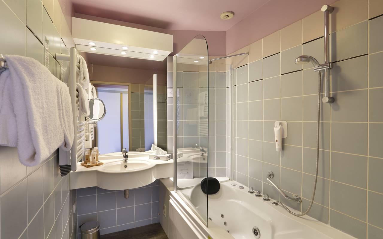 Salle de bain de la chambre de l'hôtel 4 étoiles Reims