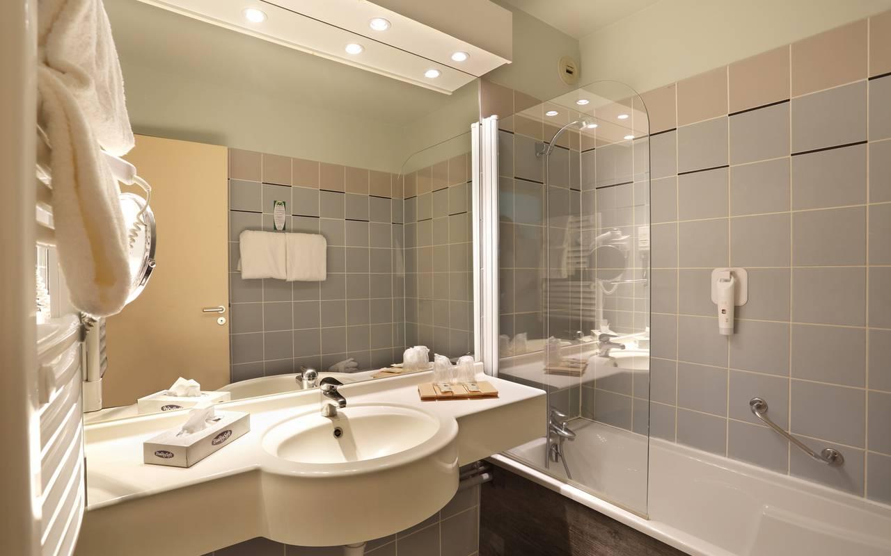 Salle de bain de la chambre famille à l'hôtel de charme en Picardie