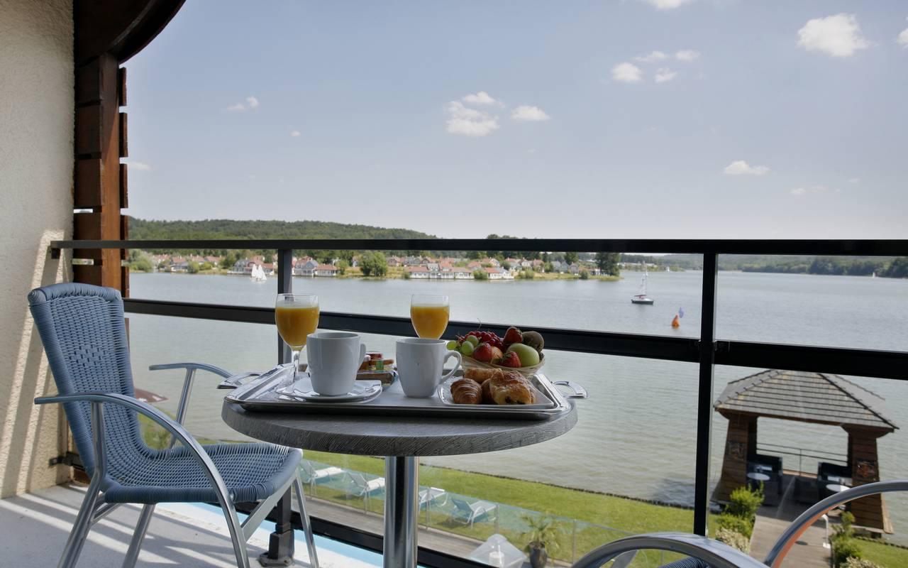 Petit-déjeuner sur la terrasse privatisé de la chambre, l'hôtel luxe Reims