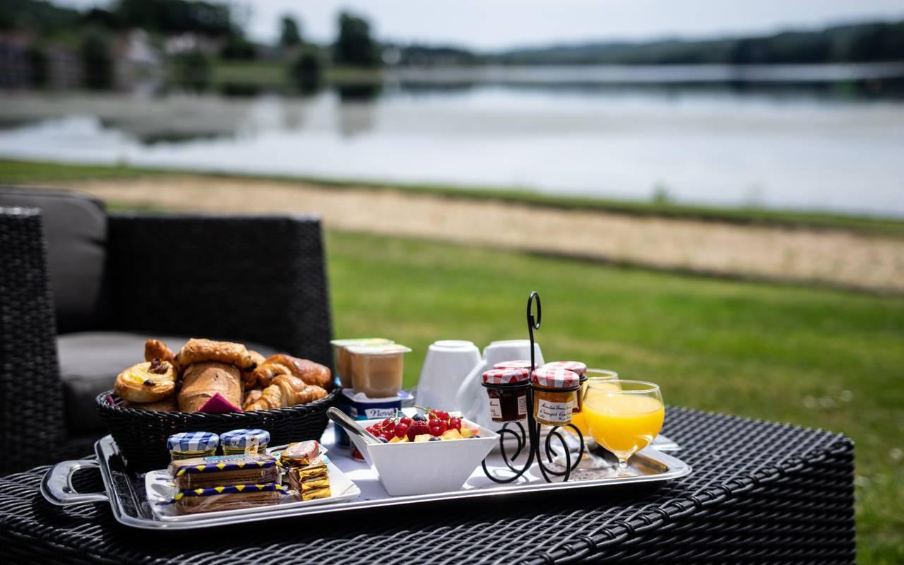 Petit-déjeuner copieux hôtel Laon pour famille