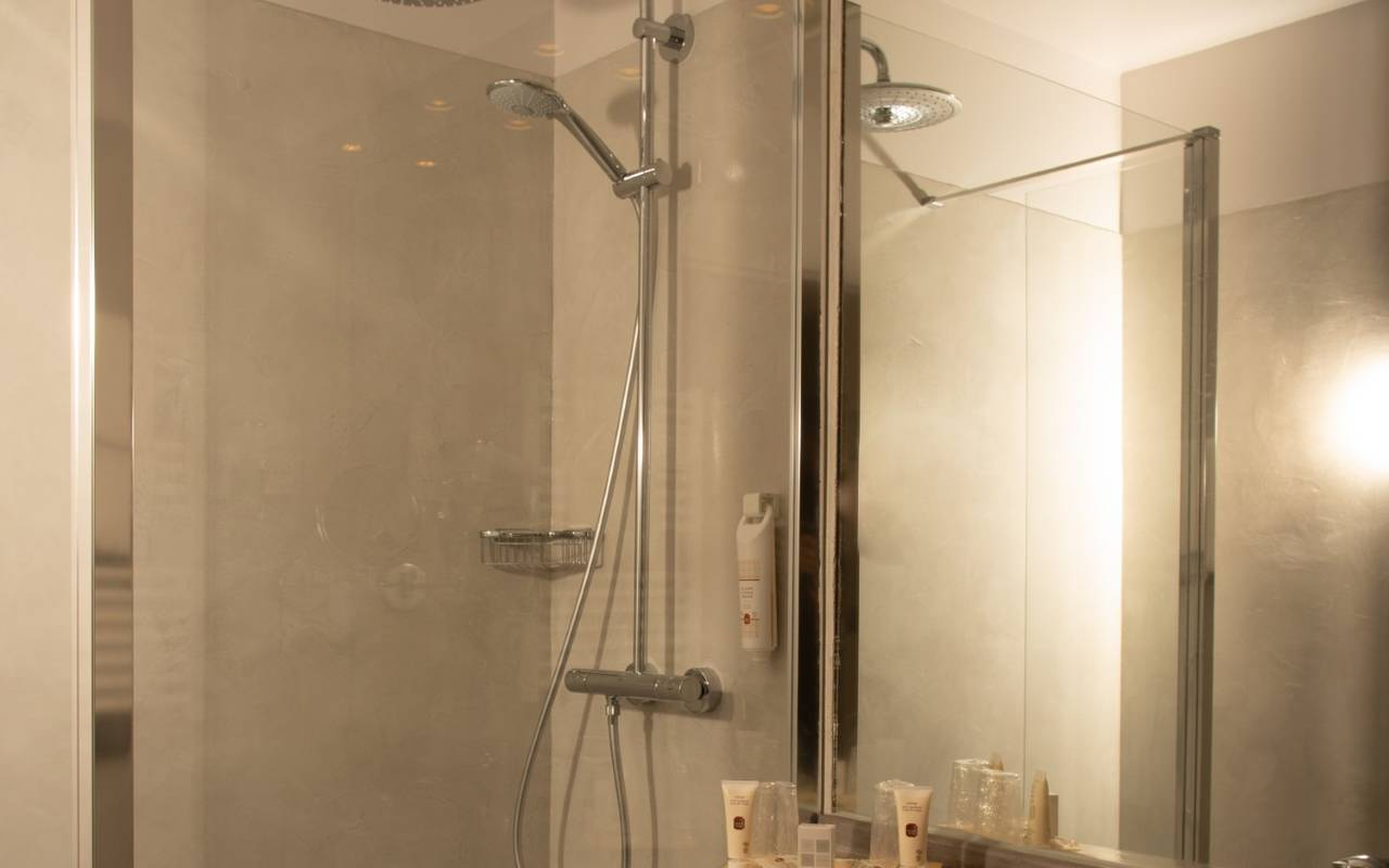 Salle de bain moderne hôtel piscine Reims