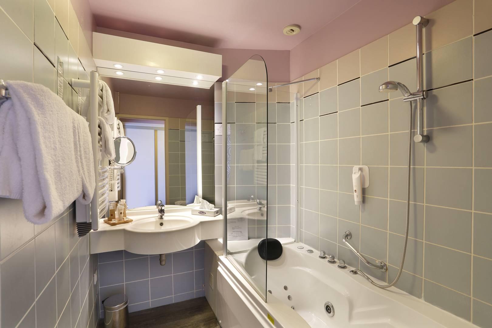 Hotel spa Reims : Chambre balnéo avec vue sur le lac